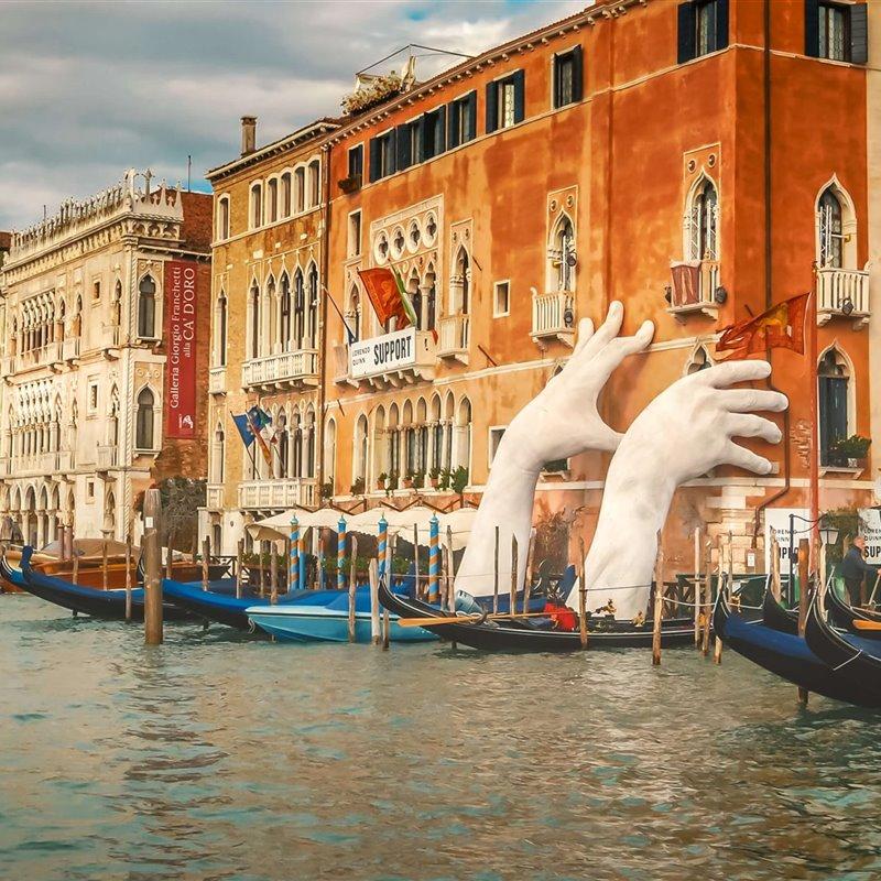 Las manos gigantes. Gran Canal de Venecia