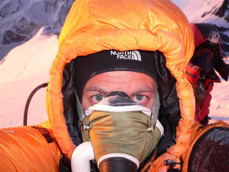 Aunque incómoda, la máscara de oxígeno permite evitar riesgos para la salud en la ascensión al Everest.
