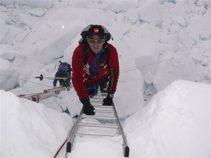 Calleja subiendo por una de las escaleras fijas de uno de los tramos de ascensión al Everest.