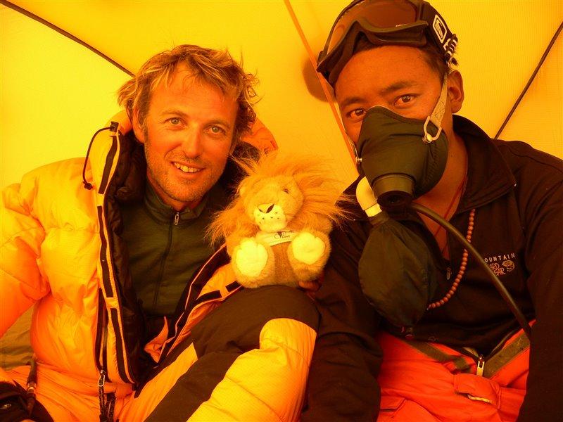 Jesús Calleja junto al sherpa Pasang Chiring, con quién consiguió subir el Everest.