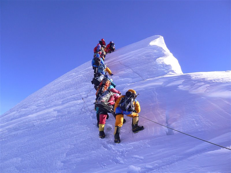 Varias expediciones se acumulan en algunos tramos del ascenso al pico más alto del mundo.