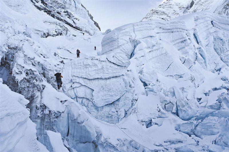 Para ascender la peligrosa cascada de hielo del Khumbu los montañeros deben superar una arriesgada carrera de obstáculos de formaciones de hielo inestables. Para ello, los escaladores se calzan crampones y siguen una ruta de cuerdas fijas colocadas por los sherpas más experimentados.