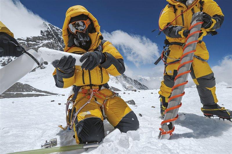 El climatólogo Mariusz Potocki (a la izquierda) se vale de un taladro especial para extraer un testigo de hielo en el Collado Sur del Everest, a 7.925 metros de altitud. Su equipo descendió la montaña con 14 kilos de muestras. Las capas que conforman el hielo contienen una información muy valiosa sobre la historia climática del lugar de extracción, similar a la que aportan los anillos de los árbol