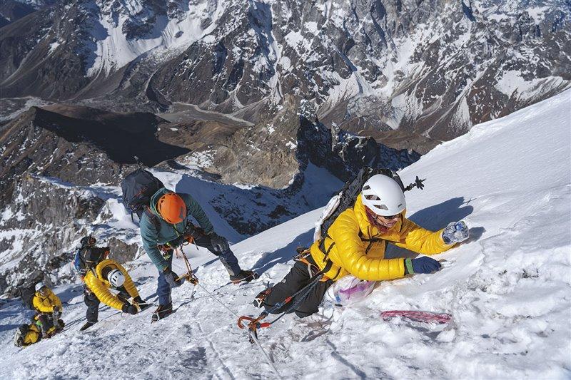 Inka Koch, experta en glaciares, toma una muestra de nieve cerca de la cima del Lobuche. Su equipo y ella recogieron más de cien muestras de nieve y agua en el Everest y en toda la región del Khumbu, que permitirán analizar la composición química de los recursos hídricos de la zona.