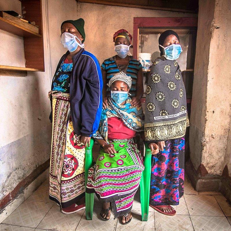 4 mujeres se reúnen  en una casa de Nairobi, Kenia, para orar por los afectados por la pandemia provocada por el coronavirus.