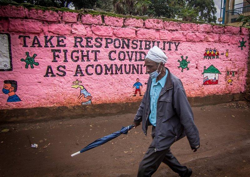 A medida que la gente vuelve a sus negocios, las paredes de Nairobi, Kenia, se llenan de graffitis con información de seguridad sobre el Covid-19.