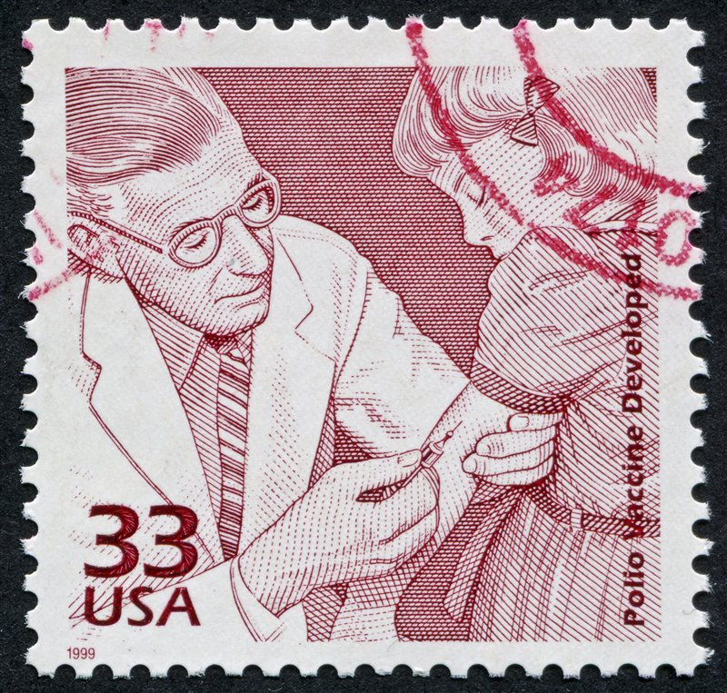Sello de los Estados Unidos de América que conmemora el desarrollo de la vacuna contra la polio.