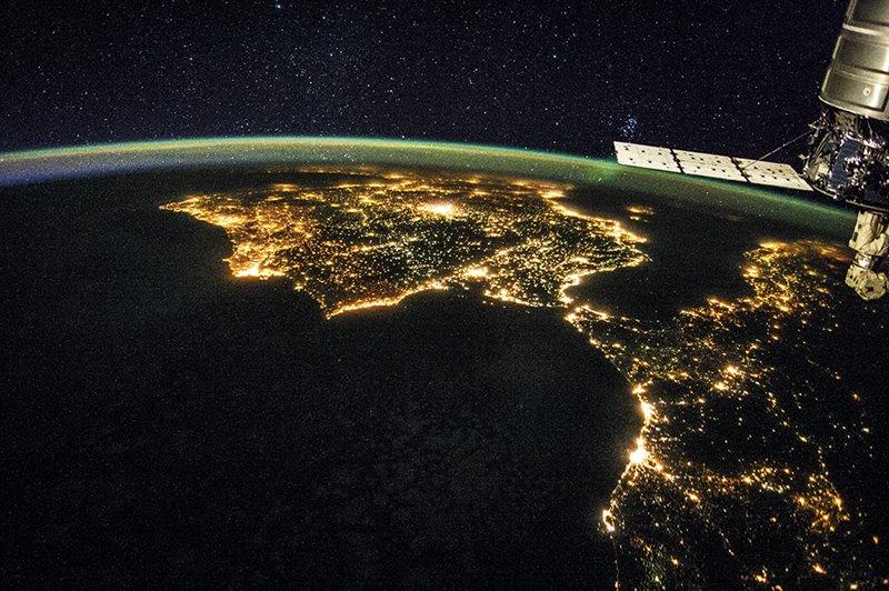 En la estación espacial internacional amanece 16 veces al día y los astronautas necesitan un sistema de luces LED para regular sus ciclos.