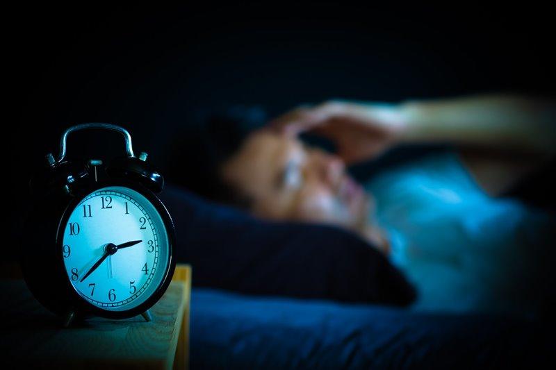 Cambiar el horario del sueño desincroniza la producción de cortisol y puede aumentar a deshoras. Su exceso puede llegar a provocar desgaste muscular, inmunodepresión e incluso muerte neuronal.