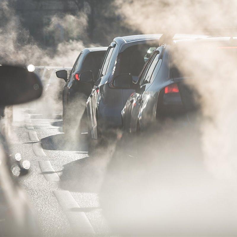 Coches expulsan humo en un ataxco de tráfico