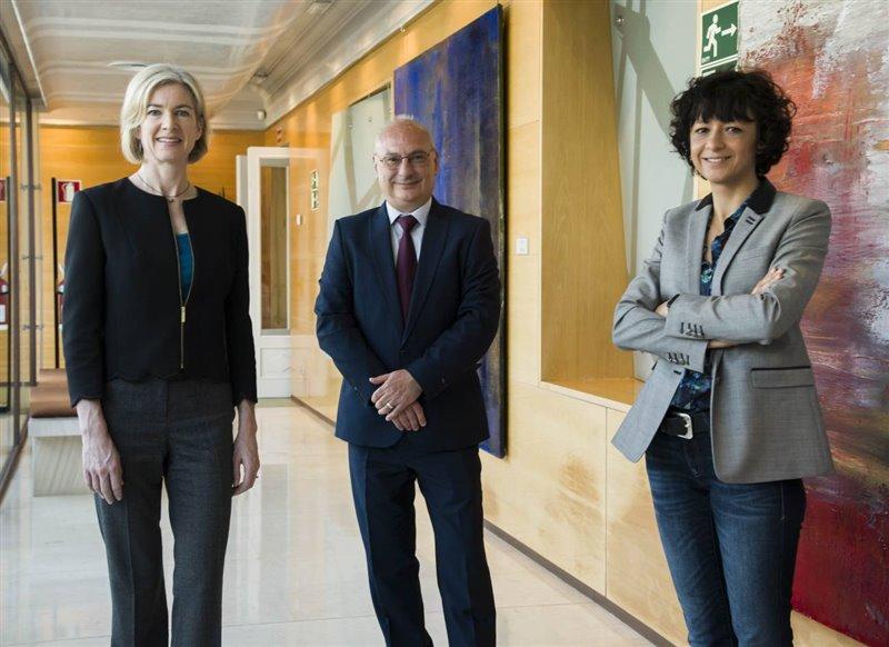 El investigador español Francisco Mojica en compañía de Jennifer Doudna y Emmanuelle Charpentier cuando los tres recibieron el premio de la Fundación BBVA en Madrid.