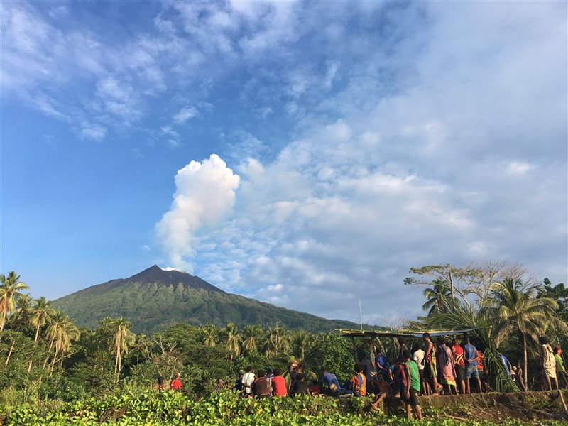 Desde el pueblo de Baliau, la comunidad local de Manam observa atenta la actividad del volcán.