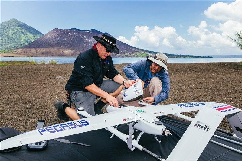 Jorge Andrés Díaz y Alfredo Alan preparan al dron para una maniobra de despegue.