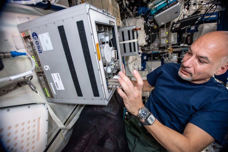 El astronauta de la ESA Luca Parmitano desliza a los mineros más pequeños del universo en el contenedor del experimento Kubik en la Estación Espacial Internacional.