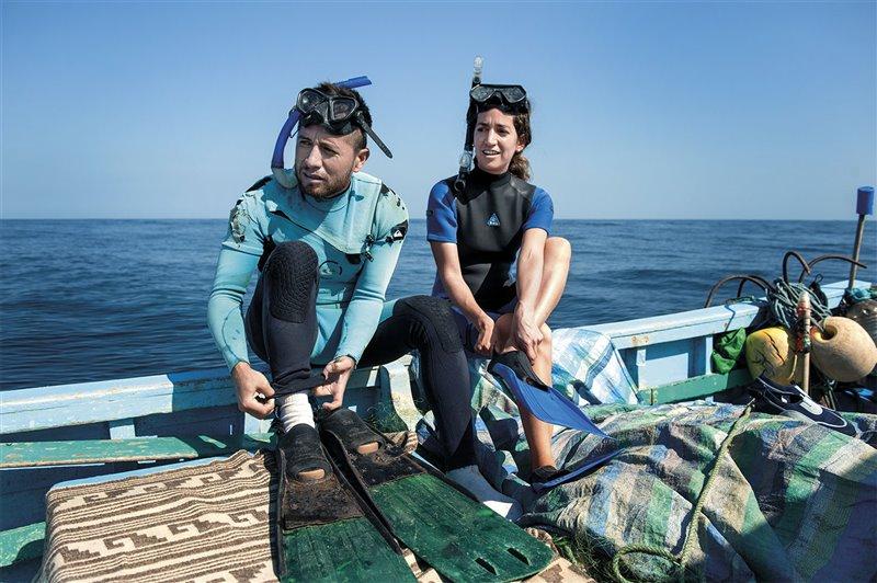 Kerstin Forsberg se dispone a sumergirse en aguas de Tumbes, en el noroeste de Perú.