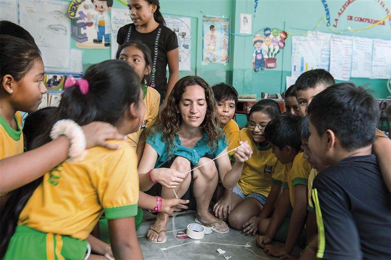 Kerstin Forsberg en una de las muchas actividades de educación ambiental que organiza en escuelas locales para proteger a las mantarrayas
