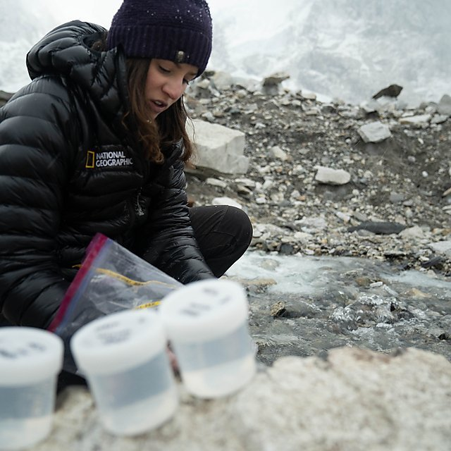 El equipo recogió muestras de ríos y nieve para comprobar la presencia de microplásticos.