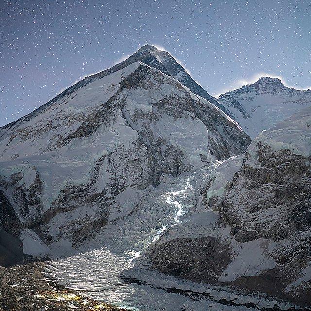 Las luces de los alpinistas se perfilan a lo largo del camino qeu llega hasta la cima más alta del planeta.