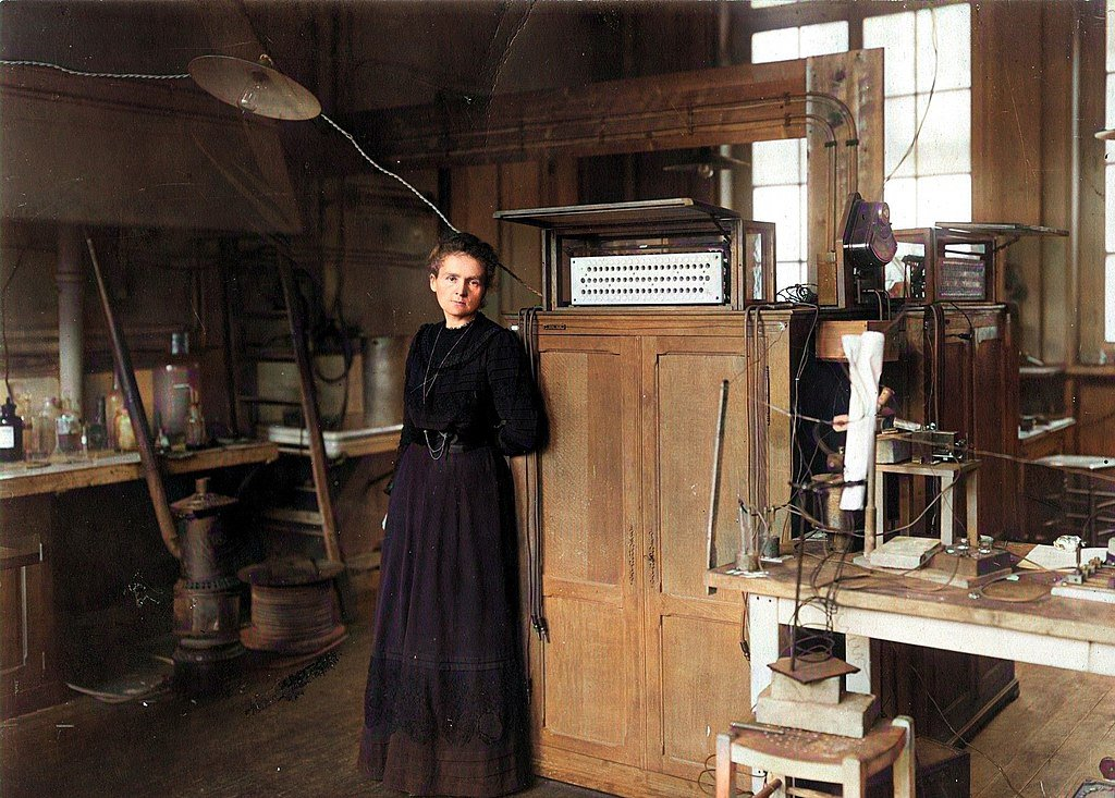 Fotografía coloreada de Marie Curie en su laboratorio.