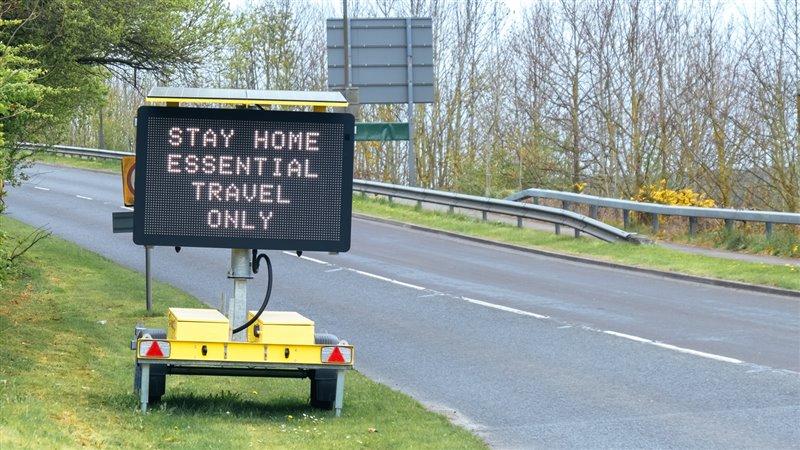Una señal de tráfico permite únicamente los movimientos esenciales durante la cuarentena en Reino Unido.