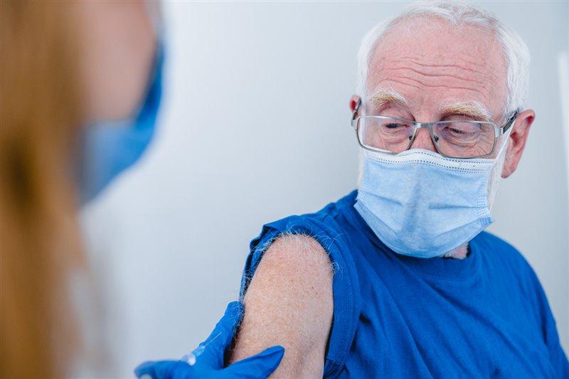 Se presentaron 44.000 voluntarios mayores de 16 años al ensayo clínico, donde la vacuna obtuvo una eficacia del 95% contra el virus.