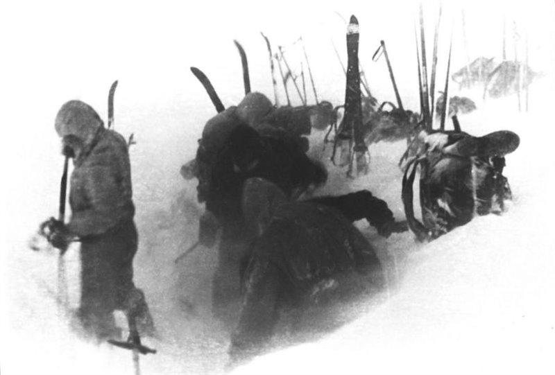 Esta es la última fotografía tomada por el equipo de Dyatlov. Aparecen cortando la pendiente de nieve para construir su carpa