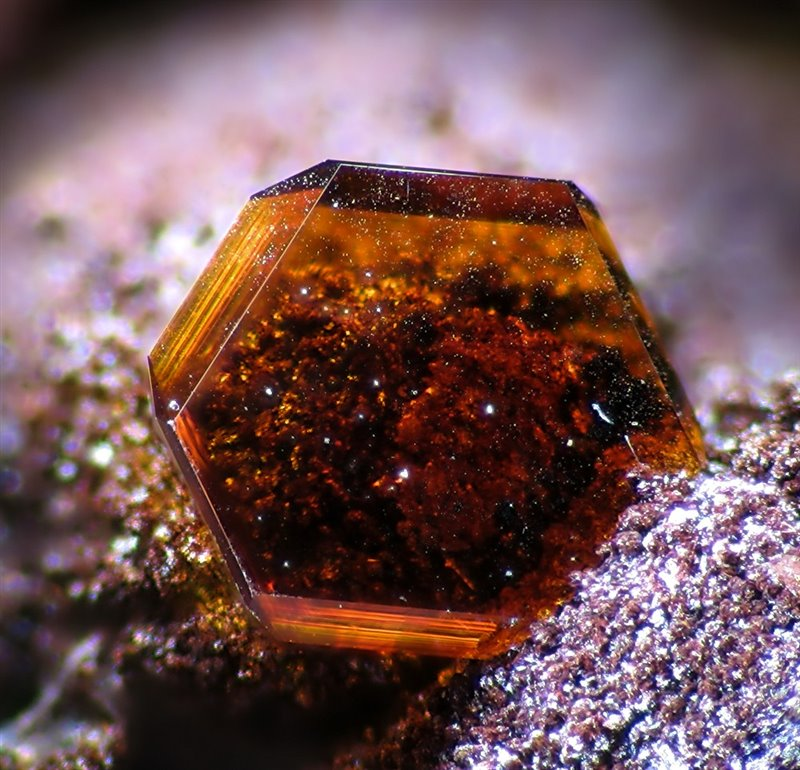 Un fragmento de jarosita hallado en las cuevas de Almanzora, Almería.