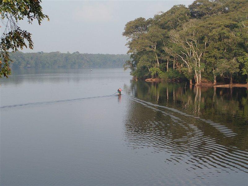 Río Monboyo, República Democrática del Congo. Las primeras sociedades sedentarias hablantes de lenguas bantúes se establecieron en la selva tropical del Congo cerca del 700 a.C.