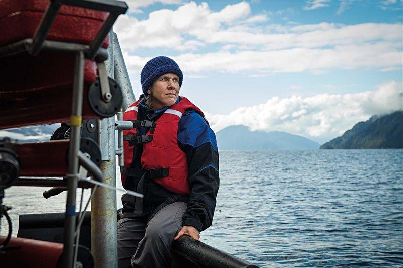 Vreni Häussermann navega por el Pacífico en la región austral de Chile para sumergir el vehículo operado por control remoto con el que toma muestras de aguas profundas. La bióloga quiere mostrar este tesoro natural al gran público para lograr que apoye su conservación y uso sostenible.