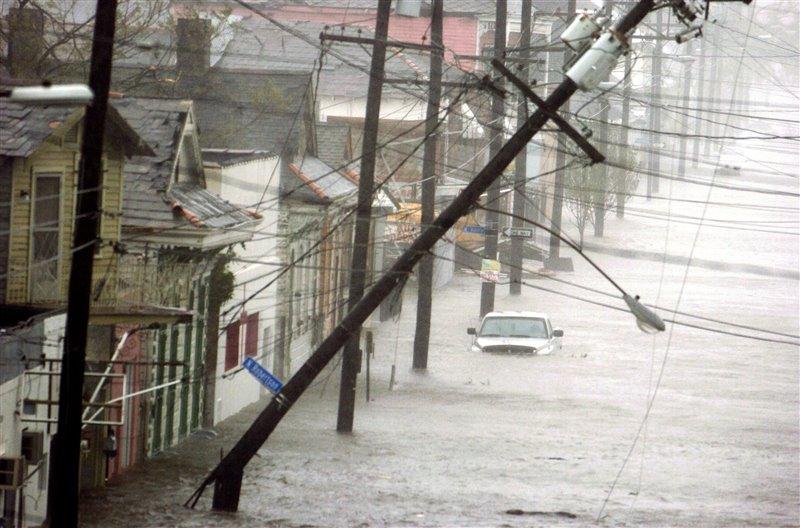 Devastadora imagen de una calle completamente inundada en el distrito 9 de Nueva Orleans, el lunes 29 de agosto de 2005, tras el paso del huracán Katrina.