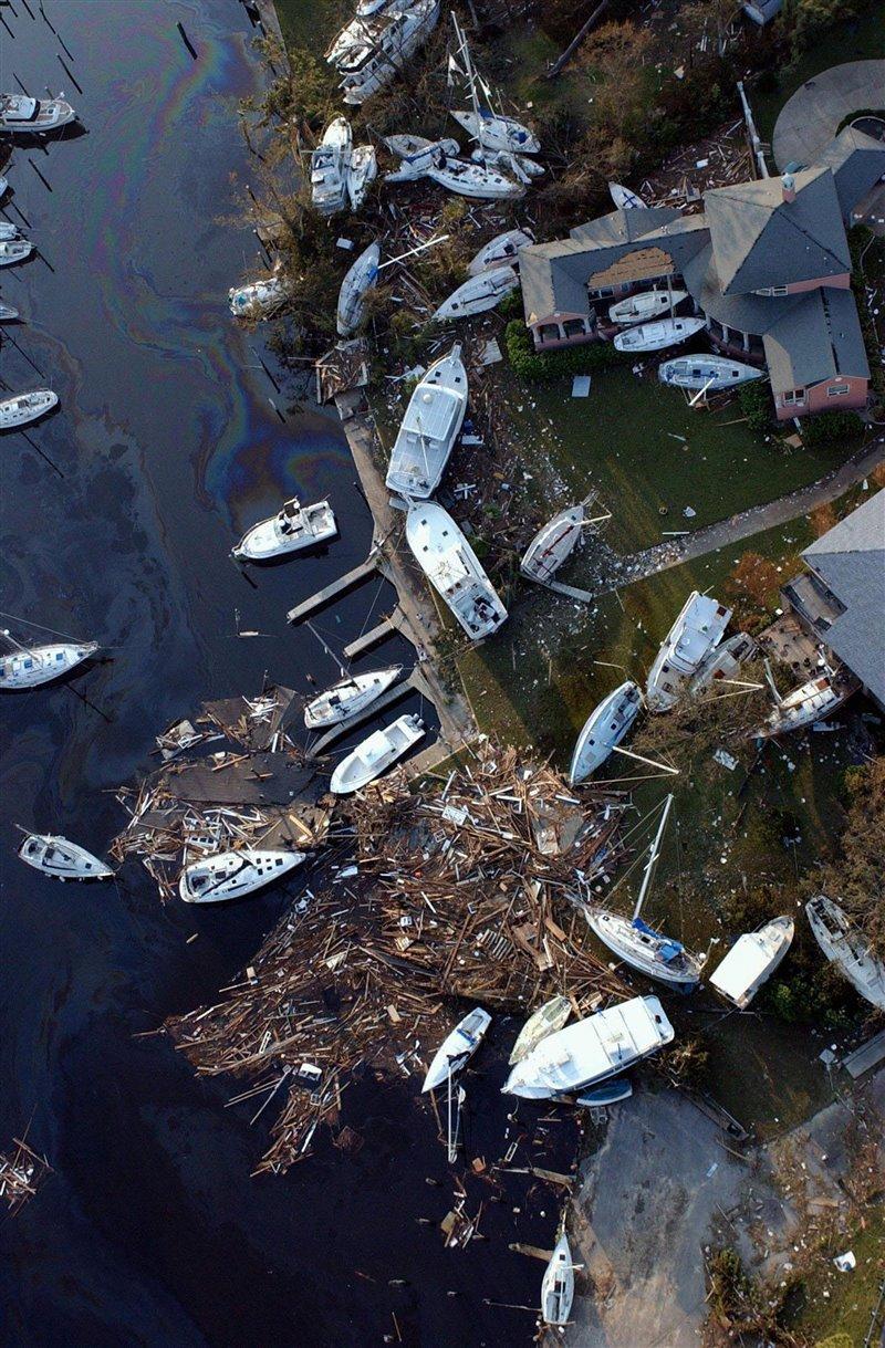 Veleros y otras embarcaciones de recreo fueron arrastrados tierra adentro por el huracán Katrina en agosto de 2005.