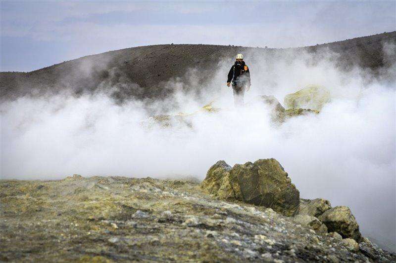 Yves Moussallam camina por las inmediaciones del Estrómboli, que cuenta con tres cráteres y permanece siempre bajo vigilancia. Aquí, el científico prueba nuevas maneras de medir las emisiones volcánicas y compara los resultados con los más que refrendados datos arrojados por este volcán italiano.