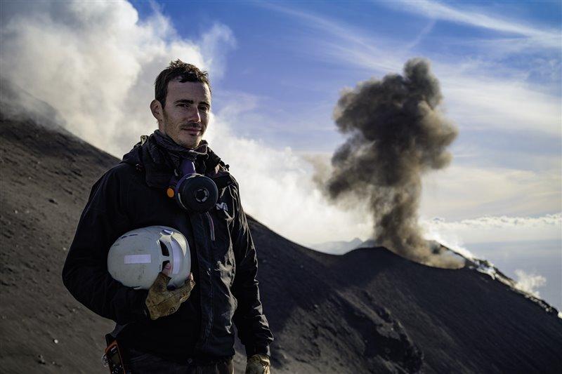 Moussallam posa ante un humeante Estrómboli, uno de los volcanes más activos del mundo y cuya accesibilidad lo ha convertido en uno de los mejor estudiados. Este gigante de fuego sirve de referencia a los vulcanólogos para equiparar sus parámetros con los de erupciones mucho más remotas.